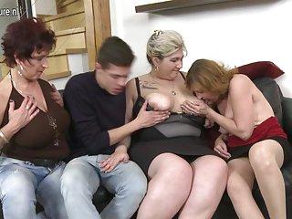 最好的免费色情视频网站幸运的家伙他妈的三个业余的
