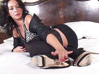 哽咽不自觉的色情视频比利时家庭主妇玩