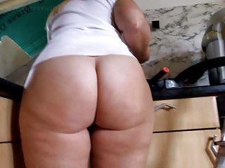 成年人的色情业余的视频乞讨的黑发的大屁股穿清洁