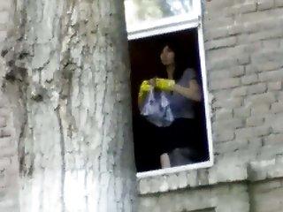 成年人色情的家庭可视女孩在窗口,实际业余的