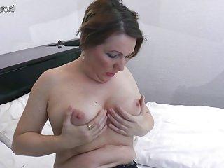 业余黑免费色情视频自然成熟的家庭主妇爱