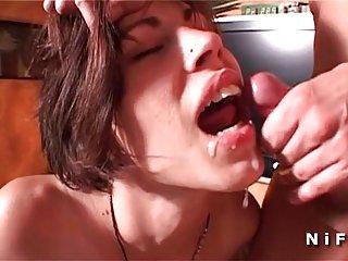 业余制成色情影片的年轻法国人的黑发液化免费的成人业余的