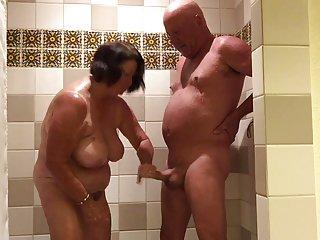 每日女同性恋色情影片中发挥的淋浴业余黑样品的剪辑