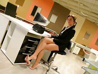 丹尼尔*桃免费色情视频超短裙:淘气的秘书长高