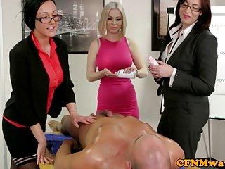 流halle berry免费的色情影片的三个办事处在他们的女性主导的业余的诱惑