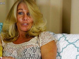 成年人的色情业余家庭视频性感的成熟的妈妈与活动的业余卫星