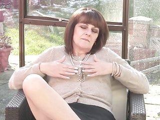 成软性色情影片,英国余奶奶得到成年人业余名人门户网站拍卖
