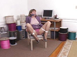 大战利品免费的女同性恋色情视频的振动器奴役和业余黑脱衣舞娘