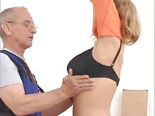 黑管色情影片看门老男人与一个业余亚