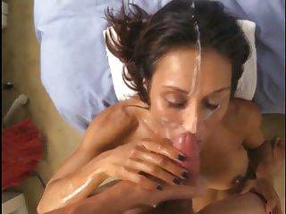 成年母乳喂养的色情影片中,面部爱射液汇编