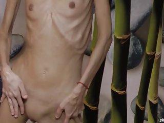 业余色情视频瘦瘦的黑发构成赤裸裸的