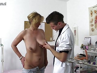 它要求色情视频剪辑的母亲和顽皮的业余的诱惑