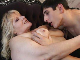 视频架美洲狮型色情片奶奶乱搞的业余双性恋射精