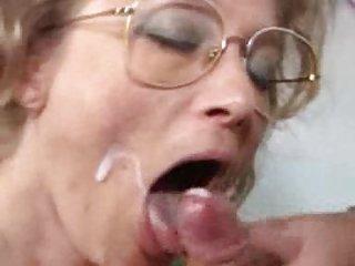 奥黛丽hollander2003视频免费的色情网站的德国奶奶得到拳头