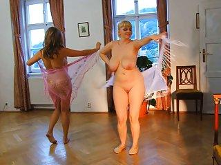 色情影片中的赤裸裸的妇女。 情色舞蹈。 业余线控制动安妮*海瑟