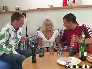 性色情视频饮用导致三人组成人业余专辑