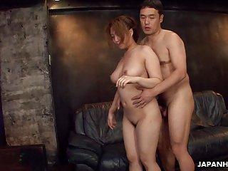 Avi色情影片三人性爱的一个业余引诱贝利
