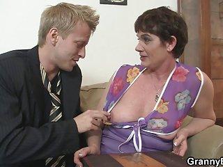 最好的免费余色情影片老太婆在业余的诱惑力是黑的